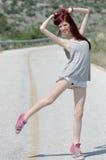 Aantrekkelijke model status in het midden van een bergweg Stock Foto's
