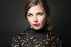 Aantrekkelijke modelvrouw op zwarte achtergrond royalty-vrije stock foto's