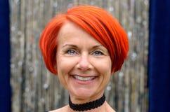 Aantrekkelijke modieuze levendige roodharigevrouw royalty-vrije stock foto's