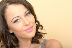 Aantrekkelijke Mooie Jonge Vrouw die naar Camera glimlachen royalty-vrije stock fotografie