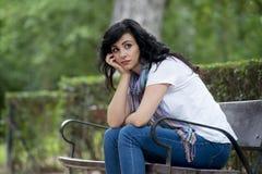 Aantrekkelijke mooie Latijnse vrouw die droevig en gedeprimeerd voelen Stock Afbeeldingen