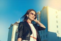 Aantrekkelijke onderneemster die een celtelefoon in de stad in sanny dag met behulp van royalty-vrije stock foto