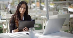 Aantrekkelijke onderneemster die een tabletpc met behulp van stock videobeelden