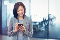 Aantrekkelijke onderneemster die mobiele telefoon met behulp van royalty-vrije stock afbeeldingen