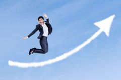 Aantrekkelijke onderneemster die op de hemel springt stock fotografie