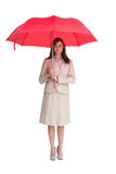 Aantrekkelijke onderneemster die rode paraplu houden Stock Afbeelding