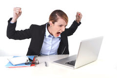 Aantrekkelijke onderneemster gefrustreerde uitdrukking bij bureau het werken Stock Fotografie
