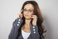 Aantrekkelijke onderneemster met celtelefoon Stock Foto