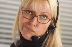 Aantrekkelijke Onderneemster met de Hoofdtelefoon van de Telefoon Stock Fotografie
