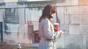Aantrekkelijke Onderneemster openlucht met mobiele telefoon en koffie stock videobeelden