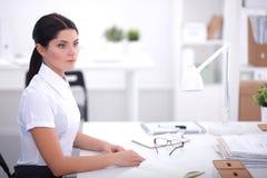 Aantrekkelijke onderneemsterzitting in het bureau, Royalty-vrije Stock Foto
