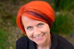 Aantrekkelijke oprechte glimlachende roodharigevrouw royalty-vrije stock fotografie