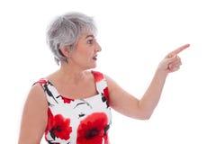 Aantrekkelijke oudere die vrouw over wit wordt geïsoleerd en het dragen van een rode som Stock Fotografie