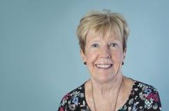 Aantrekkelijke, oudere vrouw met vriendschappelijke glimlach royalty-vrije stock foto's
