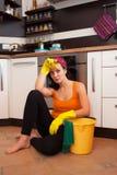 Aantrekkelijke overwerkte vrouw in keuken Stock Foto