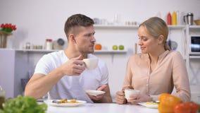 Aantrekkelijke paar het drinken thee na maaltijd voor betere spijsvertering, waterbalans stock video
