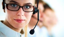 Aantrekkelijke positieve jonge zakenlui en collega's in een call centrebureau Royalty-vrije Stock Foto's