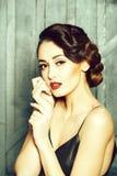 Aantrekkelijke retro vrouw stock afbeeldingen