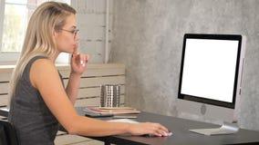 Aantrekkelijke rijpe onderneemster die aan computer in haar werkstation werken Witte vertoning royalty-vrije stock afbeelding