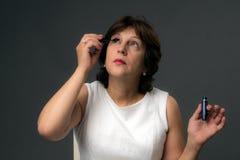 Aantrekkelijke Rijpe Vrouw die Mascara toepassen Royalty-vrije Stock Afbeelding