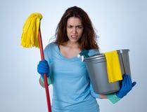 Aantrekkelijke rode haired vrouw bored en rusteloos van het schoonmaken en huishouden royalty-vrije stock foto