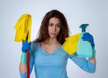 Aantrekkelijke rode haired vrouw bored en rusteloos van het schoonmaken en huishouden stock afbeelding