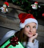 Aantrekkelijke Santa Girl Dreaming. Aanwezige Kerstmis. Stock Fotografie
