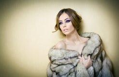 Aantrekkelijke sexy jonge vrouw die bontjas binnen stellen dragen provocatively Portret van sensueel wijfje met creatief kapsel Stock Foto's