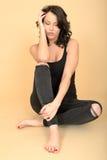 Aantrekkelijke Sexy Jonge Vrouw die Zwarte Jeans en Vestbovenkant dragen stock foto