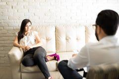Aantrekkelijke Spaanse vrouwen bezoekende psycholoog stock foto
