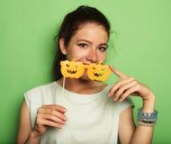 Aantrekkelijke speelse jonge vrouw met valse glazen Stock Foto's