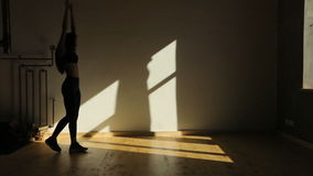 Aantrekkelijke sportwoman danst rond in de studio Zij beweegt het bekken stock video
