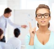 Aantrekkelijke student die glazen in universiteit dragen Stock Foto's