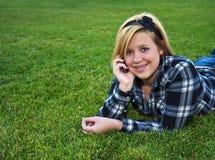 Aantrekkelijke tiener die op een celtelefoon spreekt Royalty-vrije Stock Fotografie