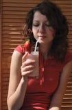 Aantrekkelijke tienermeisje het drinken melkcocktail Royalty-vrije Stock Foto's