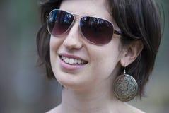 Aantrekkelijke tienervrouw die zonnebril draagt Stock Foto's
