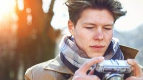 Aantrekkelijke Toerist die een foto met uitstekende camera nemen stock foto's