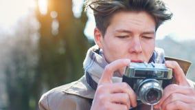 Aantrekkelijke Toerist die een foto met uitstekende camera nemen stock foto