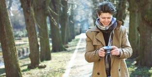 Aantrekkelijke Toerist die een foto met uitstekende camera nemen stock afbeelding