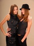 Aantrekkelijke tweelingmeisjes in zwarte kleren Stock Fotografie