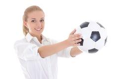 Aantrekkelijke van de het voetbalbal van de bedrijfsvrouwenholding ter beschikking geïsoleerd o Royalty-vrije Stock Fotografie
