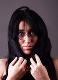 Aantrekkelijke verwarde jonge vrouw met donker haar Stock Fotografie