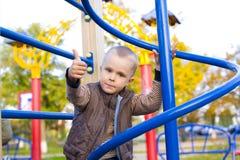 Aantrekkelijke vier-jaar-oude jongen bij een speelplaats Stock Foto