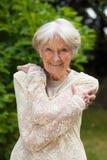 Aantrekkelijke vriendschappelijke bejaarde dame royalty-vrije stock foto