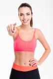Aantrekkelijke vrolijke jonge vrouwelijke atleet die op u richten Stock Afbeeldingen