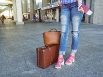 Aantrekkelijke vrouw bij de luchthaven met retro uitstekende bagage In h Royalty-vrije Stock Afbeeldingen