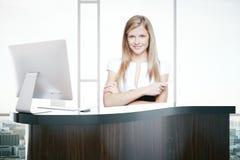 Aantrekkelijke vrouw bij ontvangstbureau Royalty-vrije Stock Fotografie