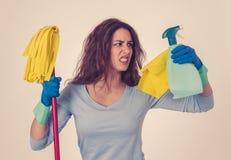 Aantrekkelijke vrouw boos en rusteloos van het schoonmaken en huishouden royalty-vrije stock afbeelding