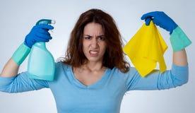 Aantrekkelijke vrouw boos en rusteloos van het schoonmaken en huishouden royalty-vrije stock fotografie