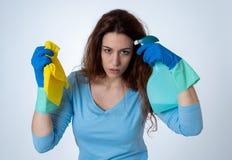 Aantrekkelijke vrouw boos en rusteloos van het schoonmaken en huishouden royalty-vrije stock foto